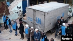 قافلة مساعدات إنسانية لمنظمة (أونروا) تقف عند مخيم اليرموك المحاصر بدمشق - 26 شباط 2014
