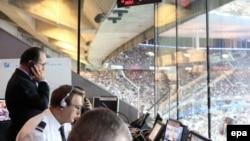 Президет Франции Франсуа Олланд на стадионе Франции в Сен-Дени в день террористических атак в Париже