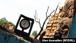 Часы в одном из пострадавших домов. Они остановились в момент перестрелки с боевиками.