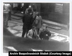 """Вацлав Гавел (справа) разговаривает со своим другом Иржи Динстбиром. Коммунистические власти преследовали их десятилетиями. Гавел провел несколько лет в тюрьме. Иржи Динстбира уволили из редакции, и он был вынужден после 1968 года в течение 20 лет работать вахтером. После """"бархатной революции"""" 1989 года Динстбир стал министром иностранных дел, а Гавел президентом Чехословакии"""