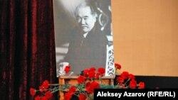 Портрет Султан-Ахмета Ходжикова в зале, где проходил вечер памяти режиссера. Алматы, 11 марта 2013 года.