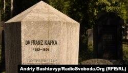مقبرهٔ فرانتس کافکا در گورستان یهودیان در پراگ