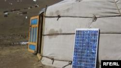 """Киіз үйге сүйеулі тұрған """"күн батареясы"""" панелі. Моңғолия."""