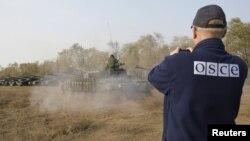 ԵԱՀԿ դիտորդը Ուկրաինայի արևելքում հետևում է ծանր տեխնիկայի հետքաշմանը, հոկտեմբեր, 2015թ․
