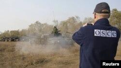Спостерігач ОБСЄ контролює в районі Кадіївки відведення бойовиками угруповання «ЛНР» танків, архівне фото, жовтень 2015 року