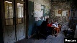 Низкий уровень образования в высокогорных селах порождает миграцию: родители вынуждены искать средства для переезда туда, где их дети будут иметь возможность получать более обширные знания