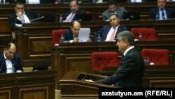 Премьер-министр Армении Карен Карапетян представляет программу правительства в парламенте. 20 октября 2016 г.