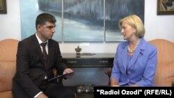 Беседа посла США в РТ Элизабет Миллард с журналистом Радио Озоди
