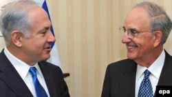 Israeli Prime Minister Binyamin Netanyahu (left) met with U.S. envoy George Mitchell in London on August 26.