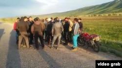 """Жители села Кошкентал обсуждают """"земельный вопос"""" с представителями акимата. Алматинская область, 8 мая 2016 года."""