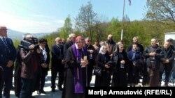 Vrhbosanski kardinal Vinko Puljić vodio molitvu na stratištu u Križančevom selu, 24. april 2017.