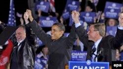 Бир минути кам президент деб кўрилаëтган Барак Обама Виржиниядаги сўнгги сайловолди учрашувларидан бирида.