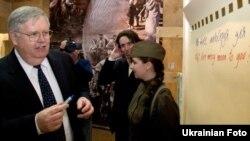 Джон Теффт, посол Америки в Україні, на виставці «Шляхи милосердя» в музеї Великої Вітчизняної війни, Київ, 8 квітня 2011 року
