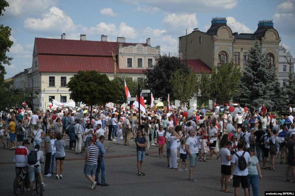 """Demonstranten sangen auch: """"Es lebe Weißrussland!"""", """"Los!"""", """"Wir glauben, wir können, wir werden gewinnen!"""""""