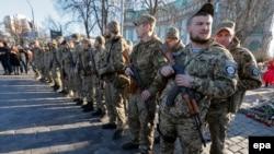 Ілюстраційне фото: бійці батальйону «Січ» перед відправленням до зони АТО, Київ, 16 березня 2015 року