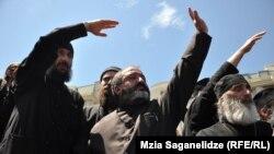 17 მაისს მართლმადიდებელმა მღვდლებმა თბილისში ჰომოფობიის წინააღმდეგ მიმართული აქციის დასაშლელად გაილაშქრეს.