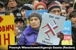 Акція протесту у столиці Польщі проти збройної агресії Росії в Криму. Варшава, 2 березня 2014 року