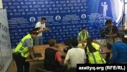 Журналісти, які зазнали нападу, спілкуються з поліцією, Алмати, 22 липня 2019 року