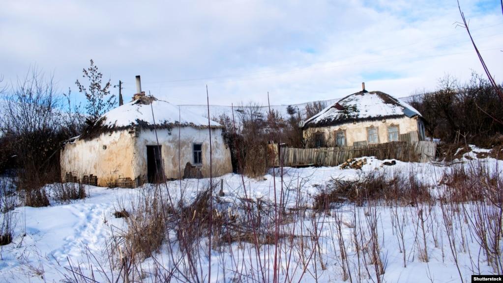 Старі українські хати, покриті соломою, на хуторі Мостище в Острогозькому районі Воронезької області. Населений пункт розташований у межах українського етнічного та культурного регіону Східної Слобожанщини