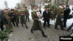 Похороны младшего сержанта Армена Ованнисяна, погибшего при отражении азербайджанскиой диверсии в Карабахе, в ереванском пантеоне «Ераблур», 22 января 2014 г.