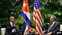 Президент США Барак Обама и председатель Госсовета Кубы Рауль Кастро.