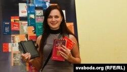 Тацяна Фёдарава, пераможца конкурсу Свабоды, атрымала электронную чыталку і кнігі