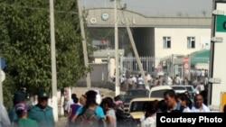 У пограничного перехода на границе Казахстана и Узбекистана.