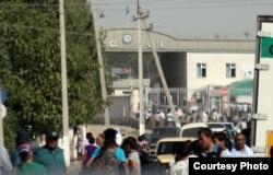 Люди у КПП на узбекско-казахской границе.