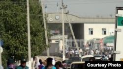 У пункта пропуска на узбекско-казахстанской границе.