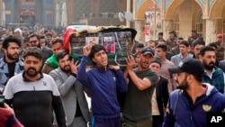 سوگواران پیکر نوجوان ۱۷ سالهای که در اعتراضات کشته شده را در شهر نجف به خاک میسپرند
