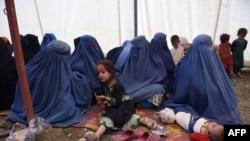 شماری از افغان های که از پاکستان به وطن برگشته اند.