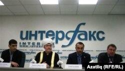Председатель Совета муфтиев России Равиль Гайнутдин на пресс-конференции в Москве