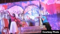 مشهد من مسرحية عربة السلام