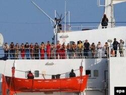 """Команда захваченного пиратами украинского судна """"Фаина"""", оказавшая в заложниках. Побережье Сомали, октябрь 2008 года"""