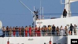 Екіпаж Фаїни на палубі корабля (архівне фото, 8 грудня 2008 р.)