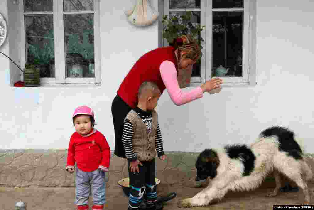 """Репортер Азаттыка спросила Анар-апай, почему среди невесток нет женщин из Казахстана. """"О! Казахстанские девушки дорогие, калым слишком непосильный для нас"""", - ответила Анар-апай."""