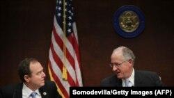 Membrii proeminenți ai Comitetului de Informații al Camerei Reprezentanților de la Washington, Adam Schiff (D-CA) și Mike Conaway (R-TX)