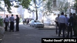 Әуежай жанындағы қарулы топпен полиция қақтығысы болған жерде жүрген полицейлер. Душанбе, 4 қыркүйек 2015 жыл.