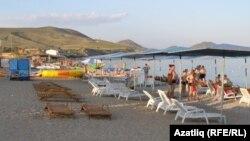 Пляж в поселке Коктебель в Крыму. 25 июля 2014 года.
