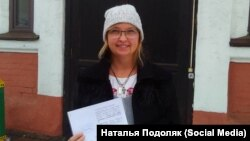 Жительница Красноярска Наталья Подоляк у дверей Центрального районного суда