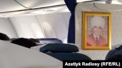 """Портреты президента Туркменистана Гурбангулы Бердымухамедова имеются на борту всех самолетов национального авиаперевозчика """"Туркменские авиалинии"""""""