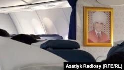 В самолетах авиакомпании «Туркменистан» является обязательным наличие портретов президента.