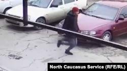 Во Владикавказе разыскивают возможного педофила. Некоторые полагают, что это человек, попавший на камеры видеонаблюдения
