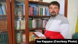 Чарнігаўскі сьвятар Яўген Орда з кніжкамі з царкоўнай беларускай бібліятэкі