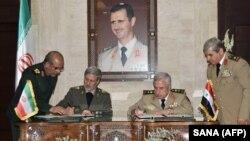 İran və Suriyanın müdafiə nazirləri Amir Hatami (solda) və Abdullah Ayoub hərbi əməkdaşlıq sənədini avqustun 26-da Dəməşqdə imzalayıblar
