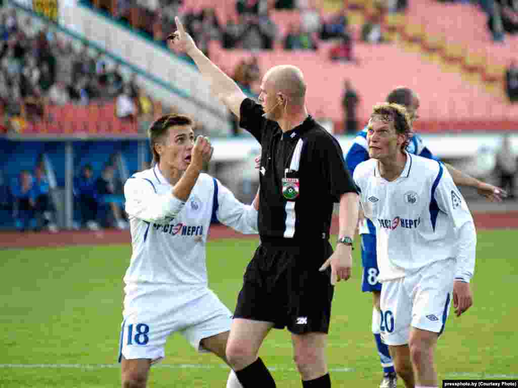 A tense moment in a football match between Dynamo Brest and Dynamo Minsk in Brest Stadium. Photo by Viktar Baykouski