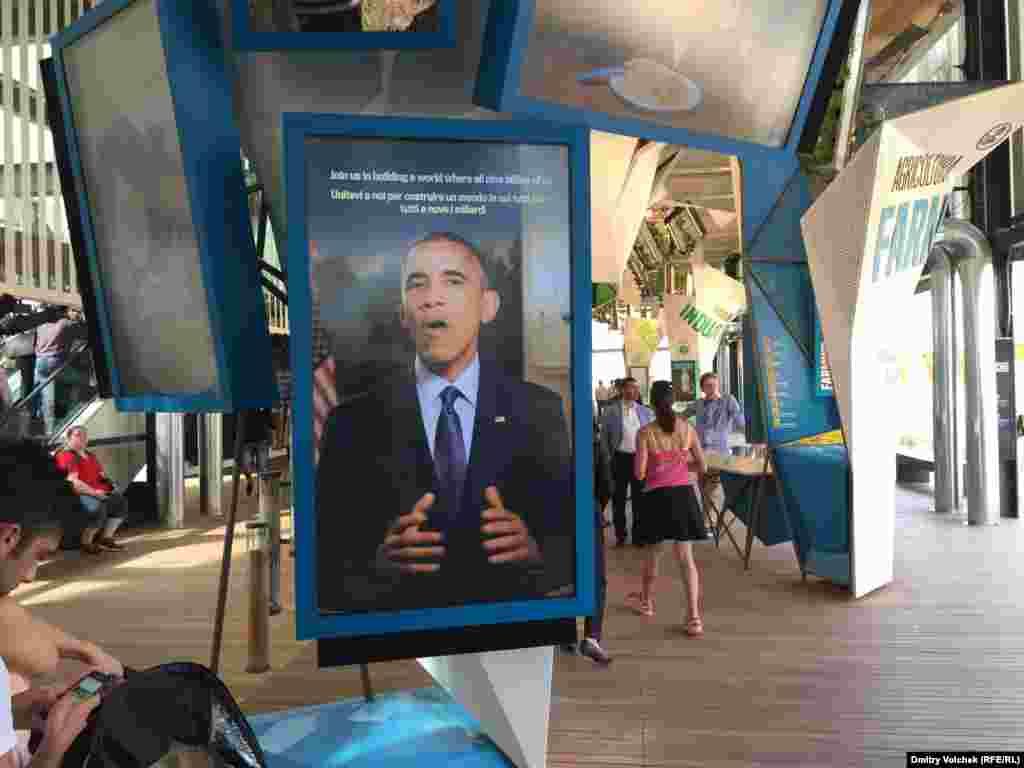 Барак Обама приветствует посетителей американского павильона