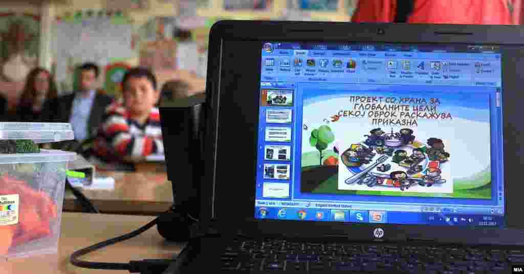 МАКЕДОНИЈА - Министерката за образование и наука Рената Дескоска и претставникот на УНИЦЕФ, Бенџамин Перкс присуствуваа на одделенски час посветен на здравиот начин на исхрана и квалитетот на храната во училиштата. Пред еден месец јавноста отвори широка дебата за квалитетот на храната која децата ја добиваат во училиштата.