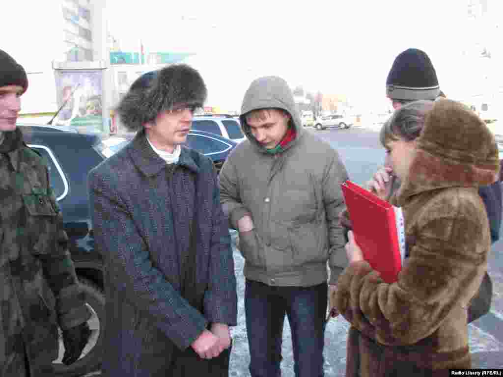 Дознаватель дежурной части УВД Людмила Алимова беседует с организаторами акции