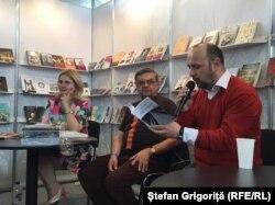 Dumitru Crudu (dr.) și Jiri Nasinec la standul României